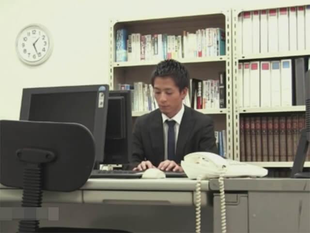 【セックスゲイ動画】これも仕事…バリタチホモの社長に喉姦イラマチオされ前戯無しでアナルに生ハメされるサラリーマンwwその1