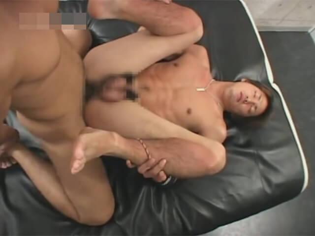 【セックスゲイ動画】草野球後のガテン系のイケメン兄ちゃんの足の臭いを執拗に嗅いで正常位で尻穴姦するゴーグルマンwwその6