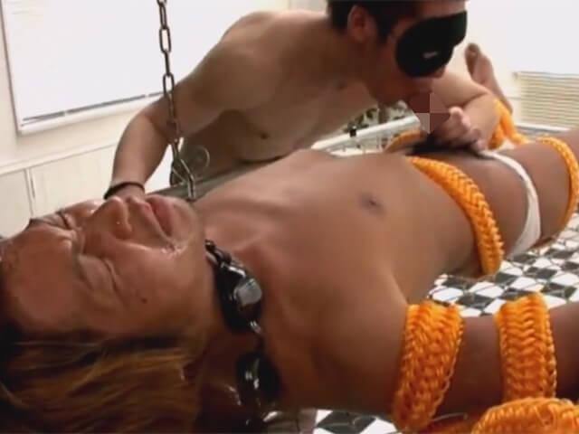 【無修正ゲイ動画】イケメンギャル男を太いロープで身動きを取れなくし電動のオナホールで強制射精wwその6