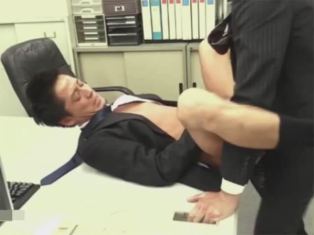 【セックスゲイ動画】これも仕事…バリタチホモの社長に喉姦イラマチオされ前戯無しでアナルに生ハメされるサラリーマンwwその9