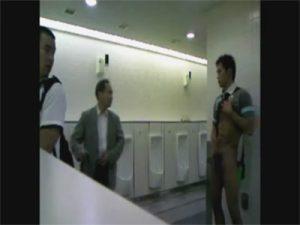 【無修正ゲイ動画】公衆便所や雑居ビルのエレベーターでオナニーする頭のネジがぶっ飛んだキチガイ素人ww