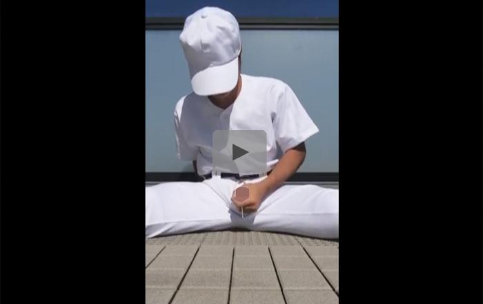 【無修正ゲイ動画】野球の練習着を着た男が股割をした状態でオナニーを楽しむ姿を見せてくれちゃうww