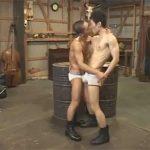 【セックスゲイ動画】倉庫の中でイモ系の細身のマッチョの男2人がローションまみれになりながらアナルセックスを楽しむww