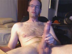 【外人ゲイ動画】みぞおちまで届きそうな超長いペニスの白人おじさんがオナニーして天高くスペルマを発射ww