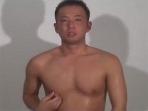 【乱交ゲイ動画】言葉責めに唾液責めに連結セックスやぶっかけプレイで弄ばれて感じるドM兄貴ww