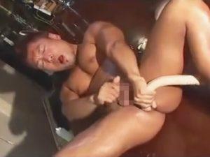 【無修正ゲイ動画】ケツ割れのマッチョ兄貴がバーカウンターの上で双頭ディルドを尻に突っ込みながらオナニーww