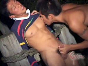 【無修正ゲイ動画】山の中で道に迷ったラガーマンがコーチと再会…抑えていた気持ちが爆発したコーチはその場で即青姦ww