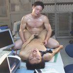 【セックスゲイ動画】イケメン銀行員とガードマンが誰もいなくなった深夜の店舗内で汗だくアナル性交ww