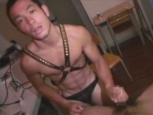 【SMゲイ動画】シックスパックのマッチョで坊主の男が相手の男を鞭で殴りながら調教するww