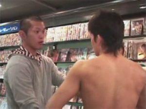 【レイプゲイ動画】「お前ノンケかよぉ!」露出狂のノンケがホモビショップの坊主頭の店員に強姦されるww