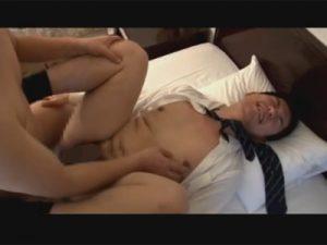 【セックスゲイ動画】少しぽっちゃりとしているサラリーマンが坊主の男にアナルセックスで犯され続けるww