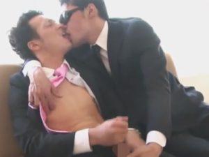 【オナニーゲイ動画】ミニマム亀頭で左反りチンポのバリウケサラリーマンの自慰をベロチューや乳首舐めでお手伝いww