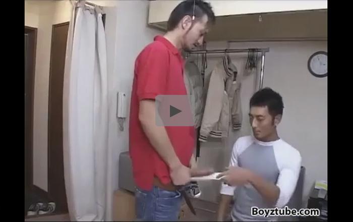 【企画ゲイ動画】ピザのデリバリーを頼んだ男が家に来た配達員のフランクフルトのようなチンポにフェラしてからアナルを犯されるww