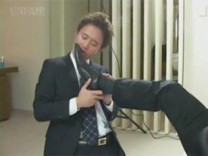 【セックスゲイ動画】ドMな男がゴーグルマンの革靴を舐めてご奉仕した後に全身をいじられてアナルを掘られるww