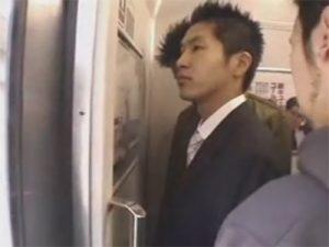 【レイプゲイ動画】ウケの短髪サラリーマンを電車で輪姦しアナルをガン掘りしながら次々にザーメンをぶっかけるww