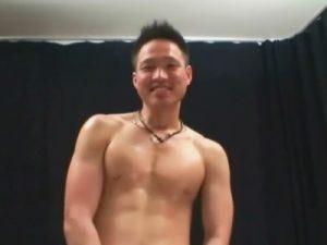 【セックスゲイ動画】笑顔が素敵な短髪のマッチョスポメンがチンポを膨張させ騎乗位ハメでモロ感で喘ぐww