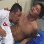 【セックスゲイ動画】足を痛めたマッチョスポメンのサッカー部員が顧問の先生に猥褻マッサージされて性行為にハッテンww