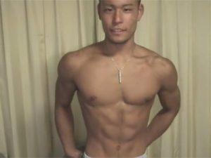 【フェラチオゲイ動画】シックスパックのマッチョな男が、乳首攻めなどをされながら手コキやフェラチオで犯されるww