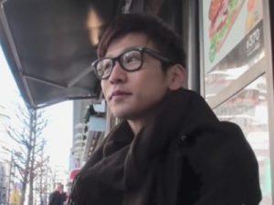 【オナニーゲイ動画】メガネが超似合うスリ筋の素人イケメンをナンパして自慰を撮らせていただきましたww