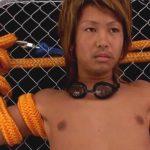 【無修正ゲイ動画】イケメンギャル男を太いロープで身動きを取れなくし電動のオナホールで強制射精ww