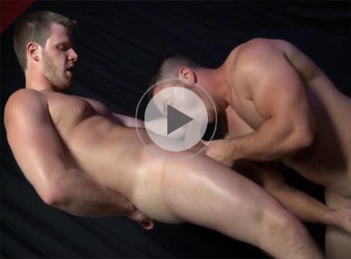 【外人ゲイ動画】パンプアップされたスゴい筋肉のリバな白人が身体を密着させて絡みアナルファックでハメ合いっこww