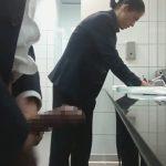 【無修正ゲイ動画】公衆便所の手洗い場でスーツのズボンのチャックからチンポを出して露出オナニーする変態素人ww