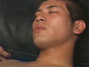 【素人ゲイ動画】初めてのアナル開発に痛がり初めて口に含む男性器を積極的におしゃぶりするガテン系ノンケww