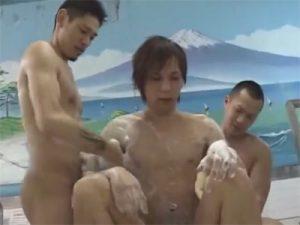 【レイプゲイ動画】銭湯で強面の2人組に目を付けられたイケメンが尻穴と口穴を廻されて強姦されてしまう…ww