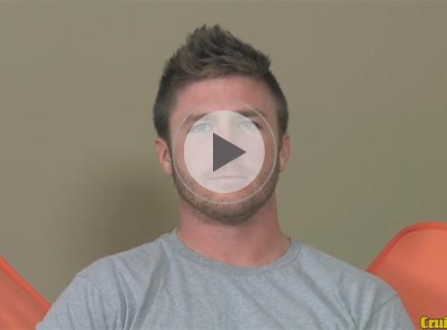 【外人ゲイ動画】ブラットピットのようなイケメン白人が全裸でオナニーをしてザーメンを噴射しちゃうww