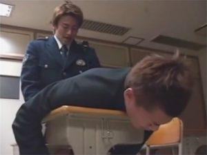 【レイプゲイ動画】悪事を働いた生徒を教室に連れ込んでキツキツのアヌスに無理矢理チンポを挿入する警察官ww