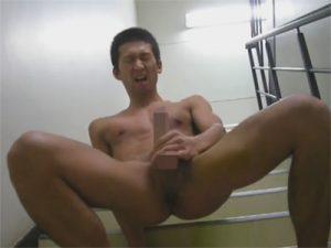 【無修正ゲイ動画】マンションの階段で高校生がオナニー撮影…コックリング着用のチンポからはドクドクと精子が飛び出すww