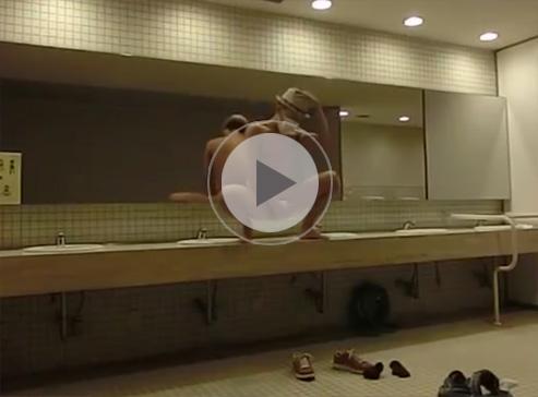【無修正ゲイ動画】ナルシストな露出狂のホモ素人が深夜の公衆便所の大きな鏡に映る自分を見ながら全裸自慰ww