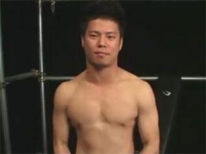 【素人ゲイ動画】がっちり体型のノンケラガーマンがローション手コキで射精し赤面しながら感想を述べるww