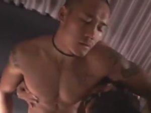 【無修正ゲイ動画】坊主のオラオラ系マッチョがゴーグルマンに全身を愛撫されてからチンコやアナルをいじられ続けちゃうww