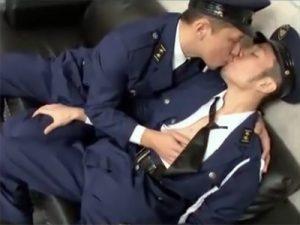 【セックスゲイ動画】キスからハッテン…警備員の先輩が終業後の事務所で後輩の身体を求めオフィスラブww