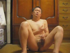 【無修正ゲイ動画】安っぽいケツ割れを履いた50代のジジイが自宅オナニーでキレの悪い射精をキメるww