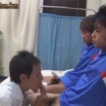 【乱交ゲイ動画】保健室の先生が2人のサッカー部員のチンポをしゃぶり比べアナルまんこの具合も入れ比べww