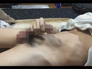 【無修正ゲイ動画】包茎チンコを手でいじったりアナルを刺激して勃起をさせながらオナニーをしている男が見られるww
