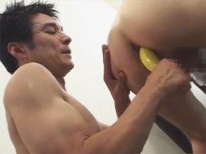 【セックスゲイ動画】「バナナは栄養ありますから」…後輩にバナナとチンポを肛門にハメられるダンディーな先輩ww