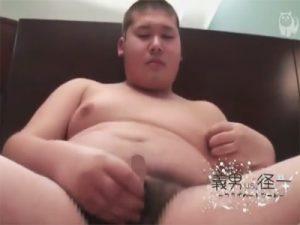 【オナニーゲイ動画】皮被りチンポで坊主頭のデブ少年の肉厚な処女アナルを指やローターで悪戯してオナニーのお手伝いww