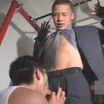 【無修正ゲイ動画】スーツ姿のイケメンが拘束状態でゴーグルマンに激しく犯されることになるww