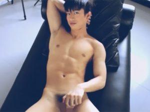 【外人ゲイ動画】6つに割れた腹筋に厚みのある大胸筋…細マッチョのイケメンタイ人のしょぼい射精オナニーww