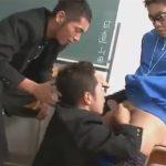 【乱交ゲイ動画】学校の中で3人の男たちが教室で愛し合って3人で連結してアナルセックスを楽しみ続けるww