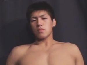 【フェラチオゲイ動画】柔道をやっていそうなマッチョな男が全裸姿でゴーグルマンに手コキやフェラチオをされ続けるww
