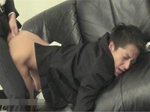 【セックスゲイ動画】これも仕事…バリタチホモの社長に喉姦イラマチオされ前戯無しでアナルに生ハメされるサラリーマンww