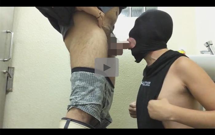 【無修正ゲイ動画】口の部分だけに穴が開いているマスクをかぶらされた男がフェラやイラマチオをさせられて口内射精されるww