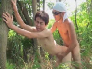 【セックスゲイ動画】草むらに隠れ相互フェラや兜合わせ…大自然の中でケツまんこをガン掘られ喘ぎまくるwww
