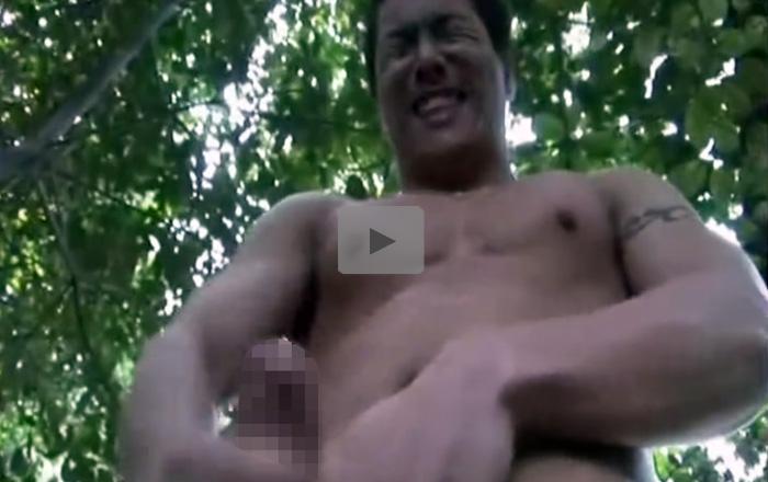【無修正ゲイ動画】マッチョアスリートが林の中でギン反りチンポを取り出し露出オナニーして木にザーメンをぶっかけww
