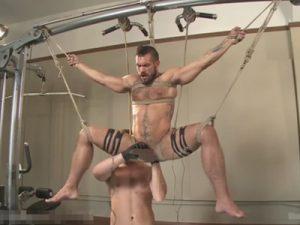 【外人ゲイ動画】トレーニングジムでドマゾなマッチョ兄貴が宙吊りフィストファックや拘束アナルセックスで悶絶ww