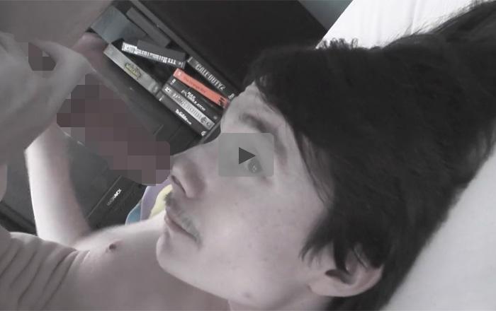 【外人ゲイ動画】陽気な性格の外人がフェラチオをしている姿を見せつけてザーメンを顔射されて味も楽しんじゃうww